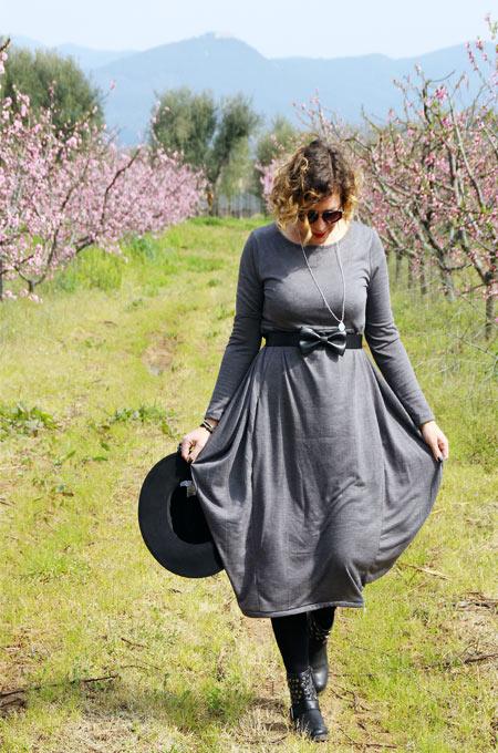 Outfit abito lungo grigio.