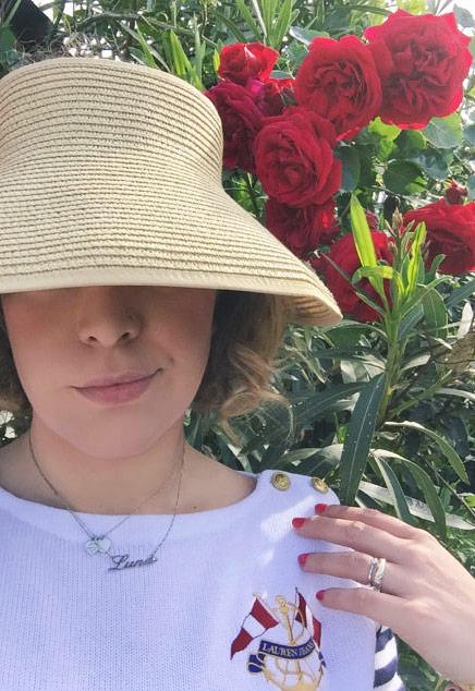 Cappello di paglia e outfit stile marina.