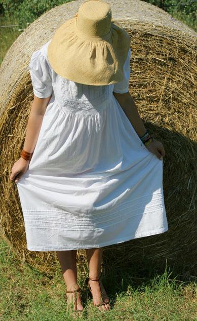 Look bucolico abito bianco e cappello di paglia.