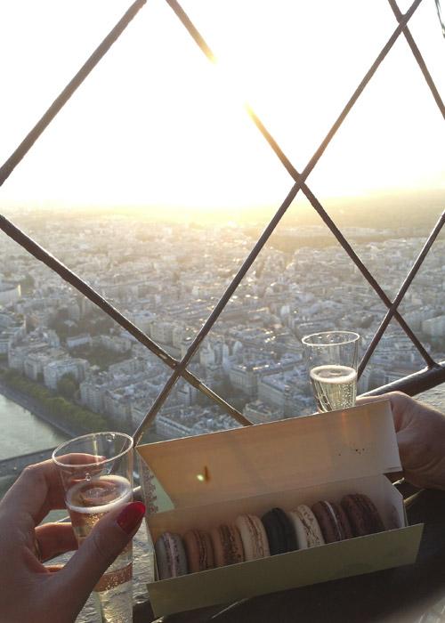 Macarons e Champagne sulla Torre Eiffel.