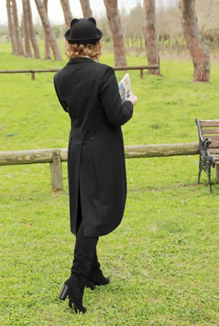 Look maschile cappello bombetta, giacca tight e stivali cuissard.