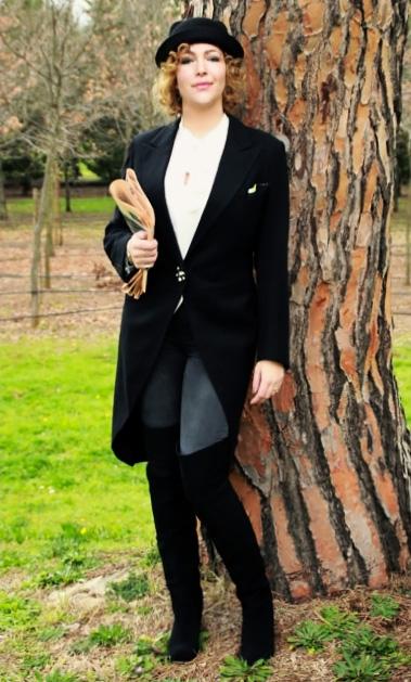 Outfit maschile cappello bombetta, giacca tight e stivali cuissard.