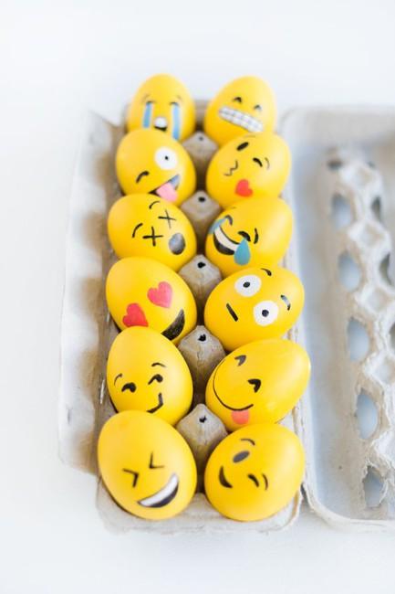 Idea fai da te uova di Pasqua a emoticon - DIY Easter eggs emoticon idea.