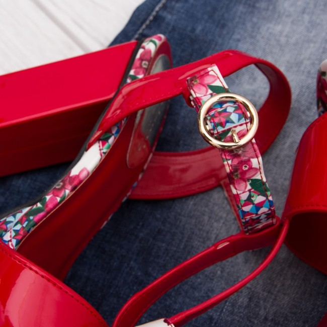 Online shop Goccia.clothing red sandals details.