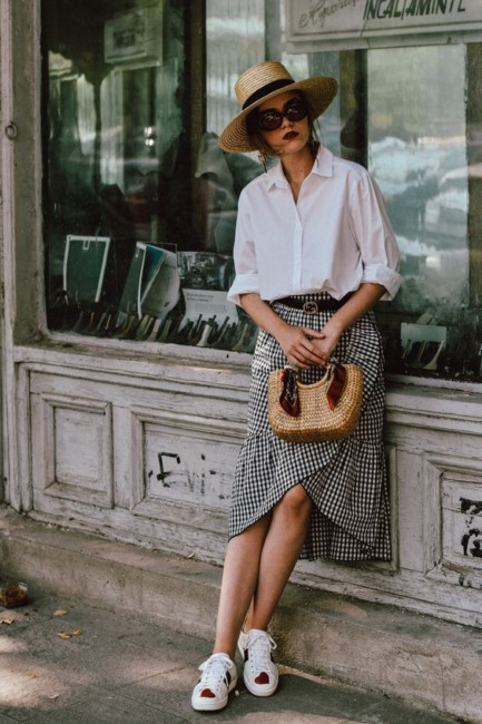 Borsa di paglia, camicia, gonna e sneakers - How to wear a straw bag with shirt, skirt and sneakers.