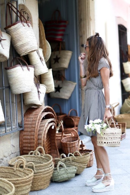 Borsa di paglia e abito fantasia - How to wear a straw bag with a fancy dress.