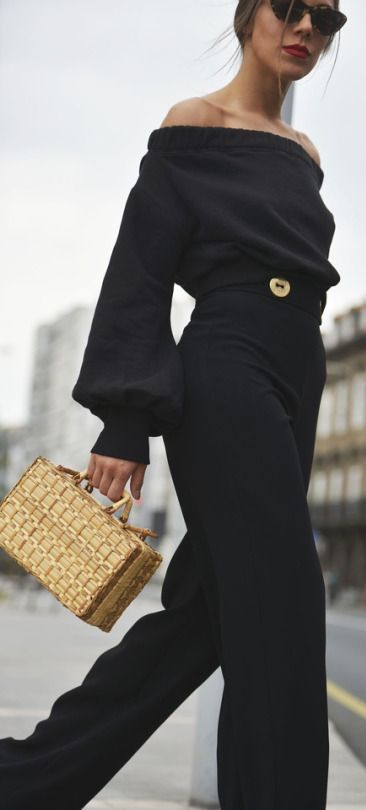 How to wear a straw bag with a total black look.