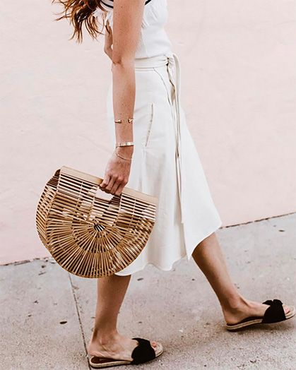 How to wear a straw bag with a total white look.