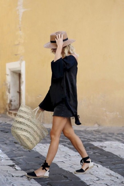 How to wear a straw bag.