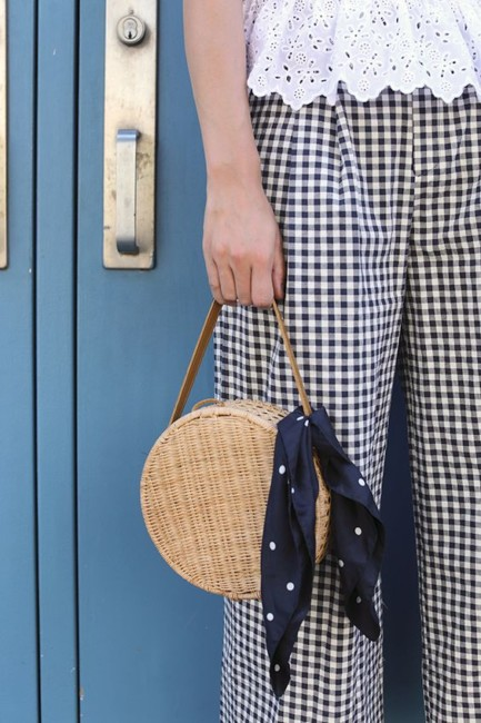 Look idea how to wear the straw bag.