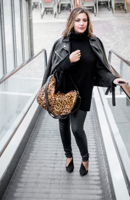 Rock total black outfit animalier bag.