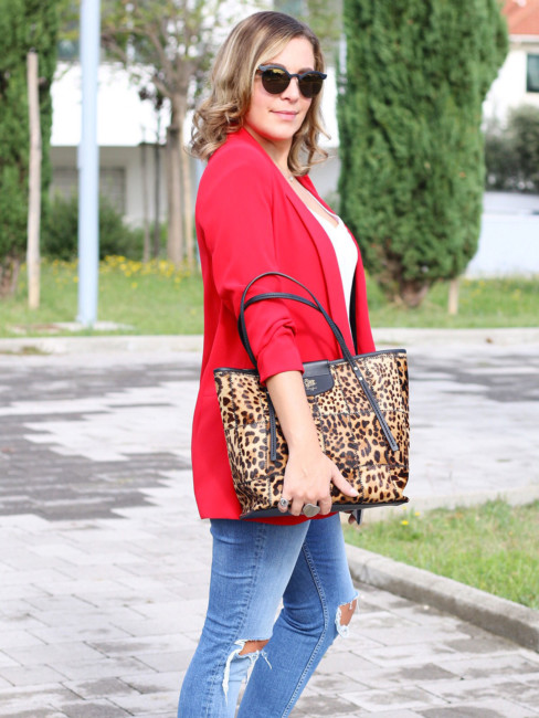 Casual outfit, red blazer, jeans and animalier bag.