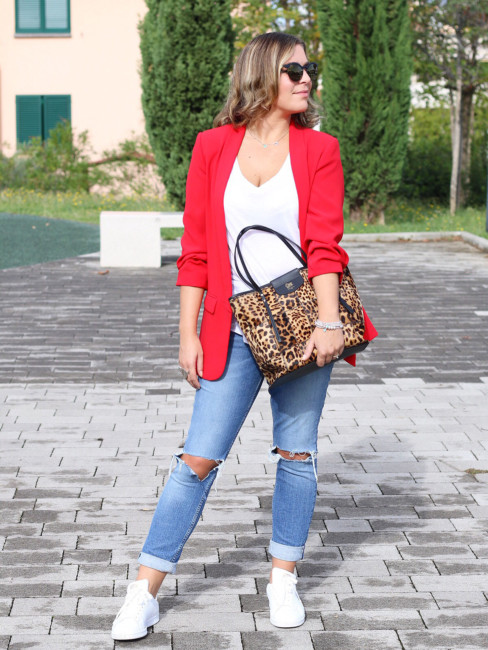 Outfit red blazer, white t-shirt, ripped jeans, sneakers, animalier bag.