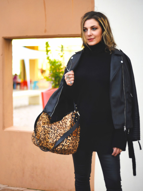 Total black outfit animalier hobo bag.
