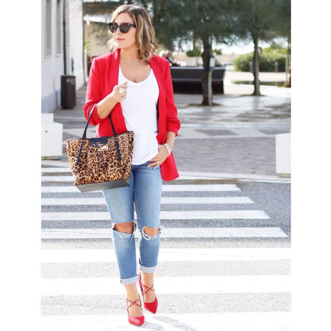 Casual chic outfit ripped jeans, red blazer, animalier bag.