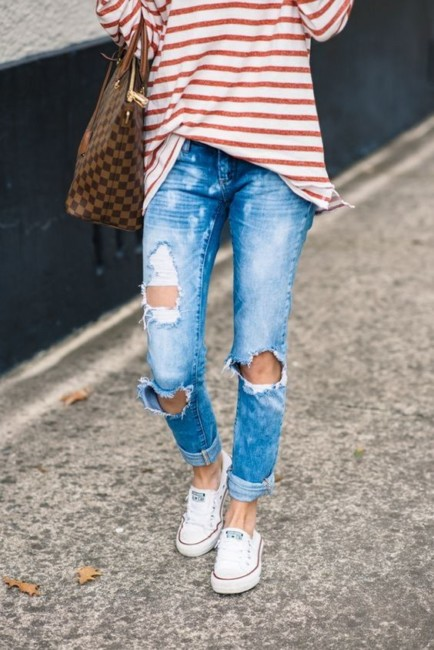 Roll over ripped jeans outfit idea.