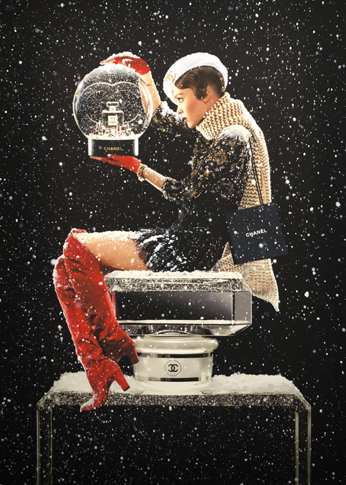 Chanel N°5 L'Eau, Sfera di cristallo by Jean Paul Goude.