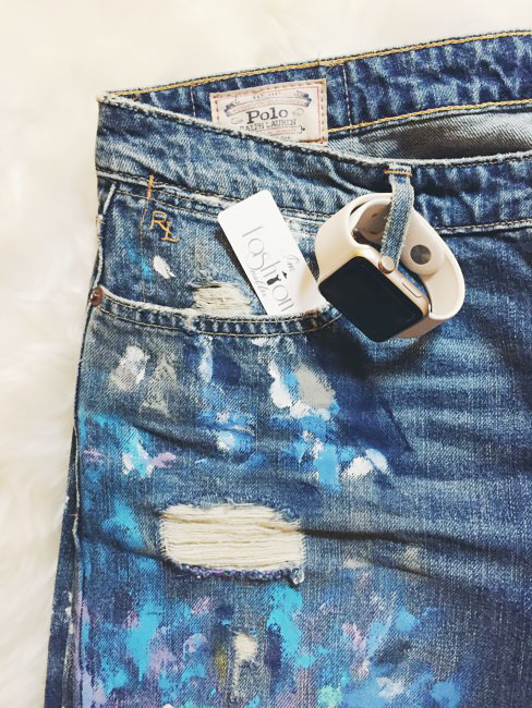 Orologio Apple e ripped jeans outfit.