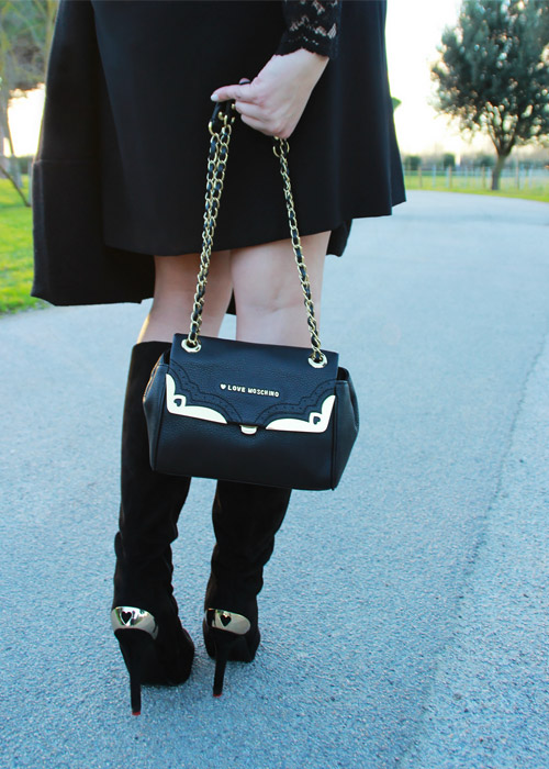 Total black outfit Moschino details.