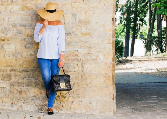 Come indossare una borsa di lusso con un outfit casual.