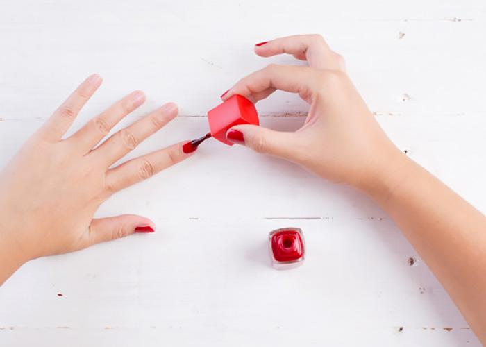 Come applicare lo smalto per unghie nel modo giusto.