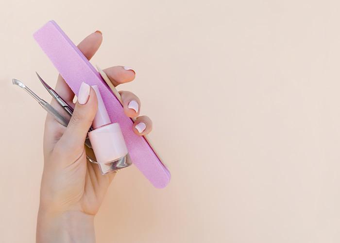 Come fare manicure perfetta in casa da sole.