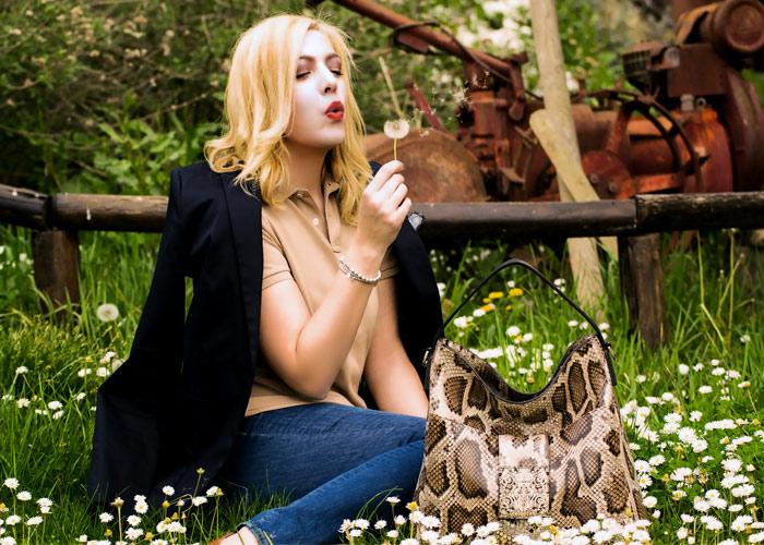 Outfit preppy chic tra fiori di campo e squame di pitone.