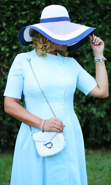 Outfit bon ton abito azzurro.