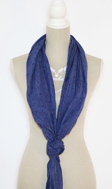 Come indossare una sciarpa con nodo basso.