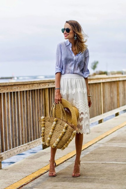 How to wear a straw bag on vacation.
