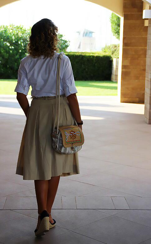 Come indossare una borsa navy style.