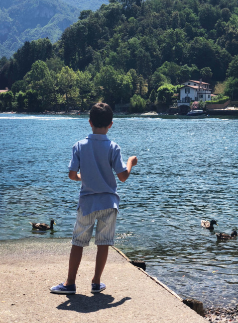 Bambino e anatre - Child and ducks.