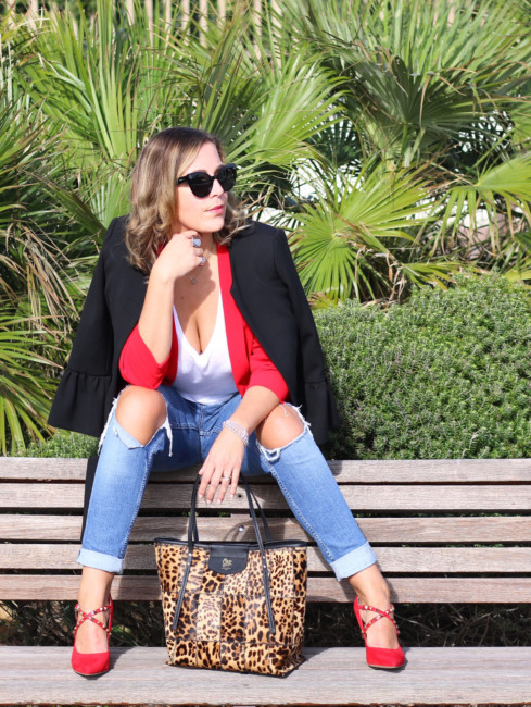 Casual chic look, blazer, jeans and animalier tote bag.
