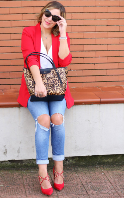 Casual chic look, red blazer, ripped jeans, animalier bag.
