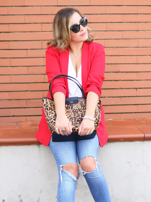 Outfit casual chic su come indossare una tote bag animalier.