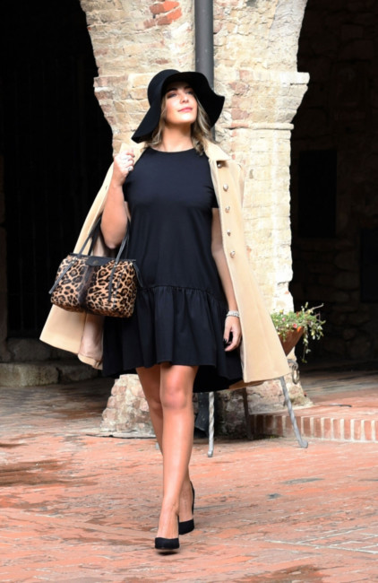 How to wear a little black dress in an elegant and bon ton style.