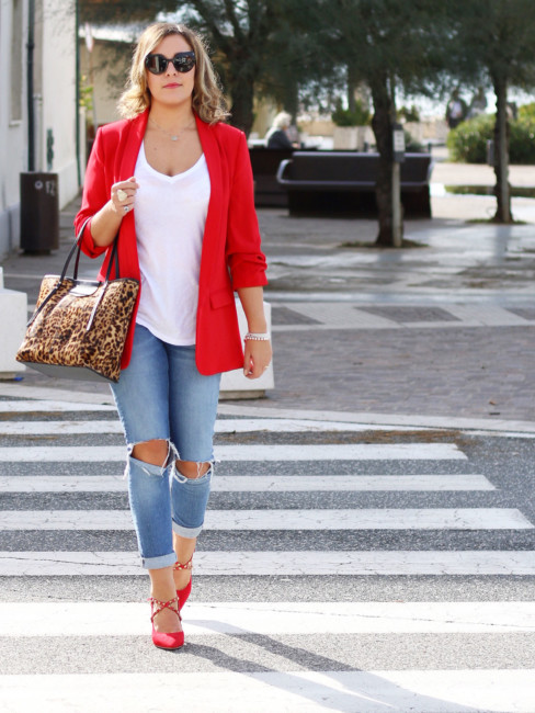 Red blazer, ripped jeans, animalier bag outfit.