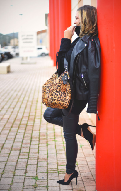 Total black outfit animalier bag.