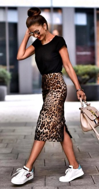 Animalier skirt look.