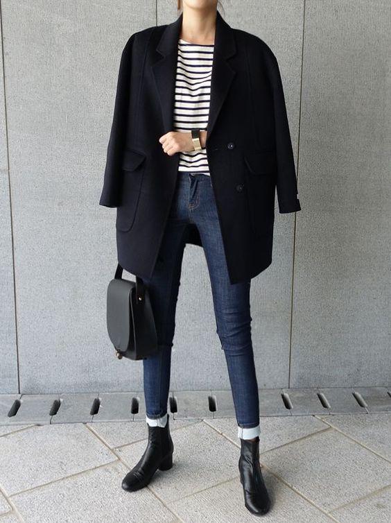 Outfit casual chic stivaletti alla caviglia e maglia a righe.