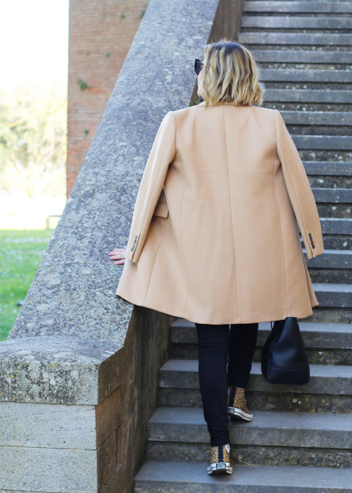 Outfit cappotto color cammello Zara.