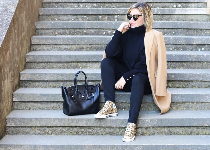 Come indossare il cappotto color cammello.