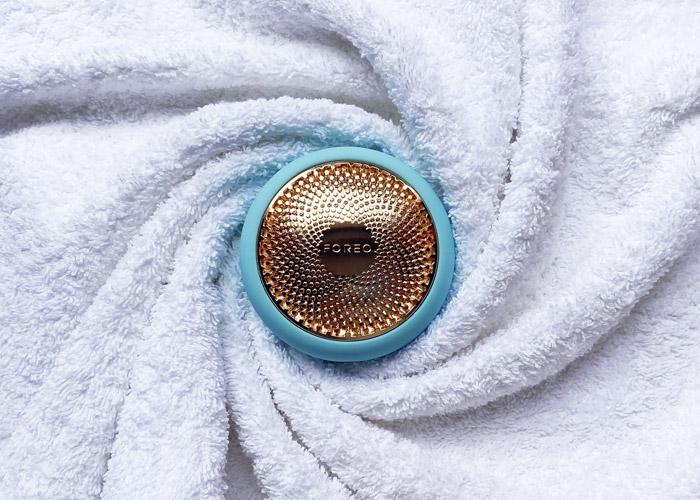 Dispositivo elettrico intelligente per applicazione maschere viso in tessuto.