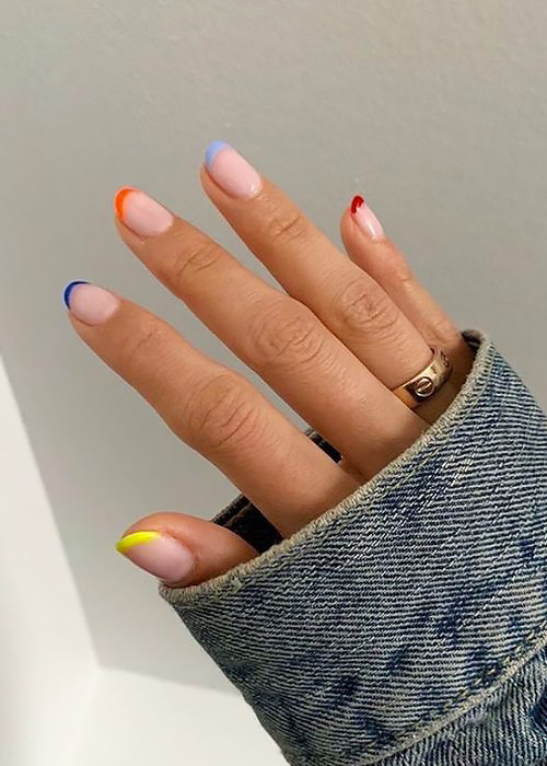 French manicure con punte colorate.