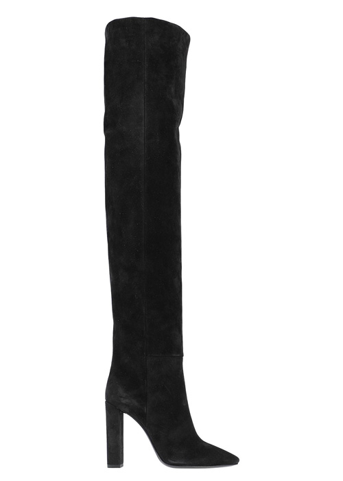 Scarpe invernali indispensabili: stivali alti neri.